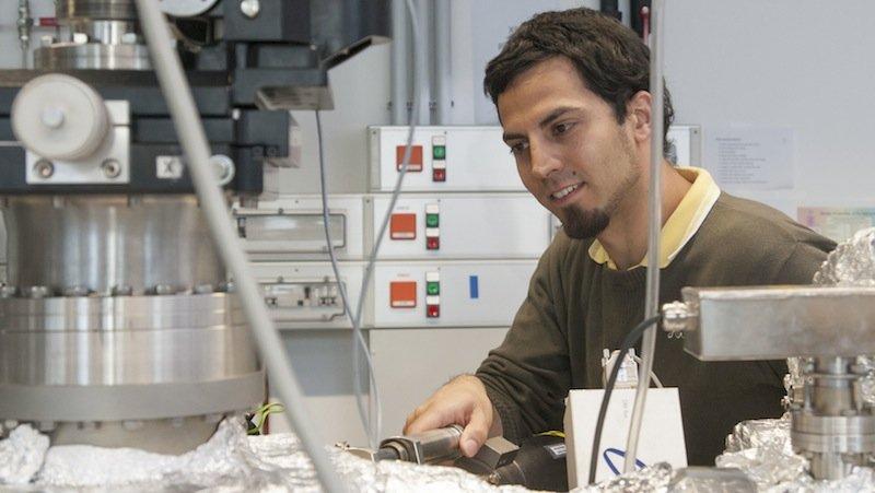 Auch Forscher Christoph Rameshan kommt den Rätseln der Katalysatoren auf die Schliche. Die wichtigste Erkenntnis: Winzige Nanopartikel aus Metall und Metalloxid-Oberflächen sind bei den Prozessen gleichermaßen von Bedeutung.