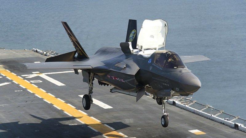 Der neue Kampfjet F-35 von Lockheed Martin kann senkrecht landen. Allerdings muss der Untergrund feuerfest sein, um dem ultraheißen Abgasstrahl standzuhalten.