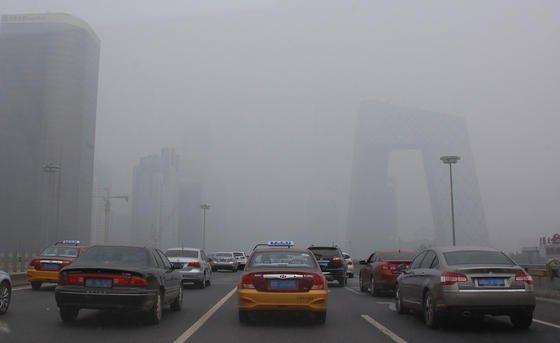 Dichter Smog versperrt am 3. Juli 2014 die Sicht auf die Hochhäuser in Peking. Jetzt will China mit Subventionen den Absatz von Elektro- und Hybridautos ankurbeln.