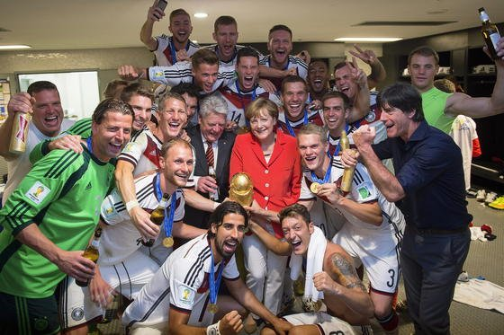 Bundeskanzlerin Angela Merkel und Bundespräsident Joachim Gauck feiern in der Kabine der deutschen Nationalmannschaft: Auf Twitter löste das Endspiel einen Rekord an Tweets aus.