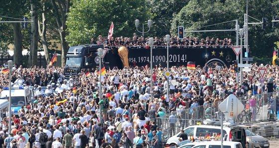 Ein offener Mercedes-Truck brachte die deutsche Nationalmannschaft am Dienstag vom Flughafen Tegel zum Brandenburger Tor. Der vierte Stern auf dem Cabrio-Truck war natürlich ein Mercedes-Stern. Schon seit mehr als 40 Jahren ist der Autohersteller Partner der Nationalmannschaft und profitiert besonders vom positiven Image eines Titels.