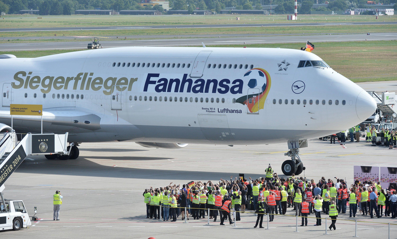 Lufthansa-Jumbo auf dem Flughafen Berlin-Tegel: Auch die Lufthansa will vom WM-Titel und dem positiven Image profitieren und hat die Maschine, die die Nationalmannschaft von Rio de Janeiro nach Berlin geflogen hat, umlackieren. Siegerflieger Fanhansa leuchtete auf der Seite der Boeing.