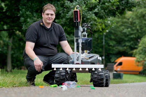 Der Student der Technischen Hochschule Nürnberg, Michael Schmidpeter, präsentiert den von ihm entwickelten Müllsuchroboter Simon. Der Roboter ist mit einer Multi-Sektralkamera ausgestattet und kann versteckten Müll in Wiesen wie Glasscherben und Metallstücke aufspüren.