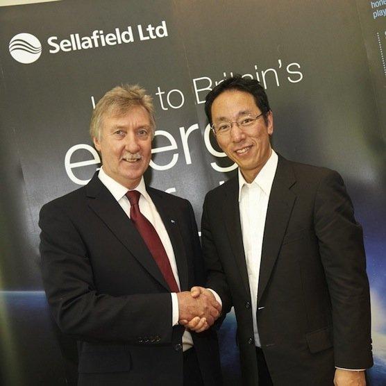 Bei der Vertragsunterzeichnung: Sellafield-Chef Tony Price (links) und Naohiro Masuda, der bei Tepco für den Rückbau des Atomkraftwerks verantwortlich ist.