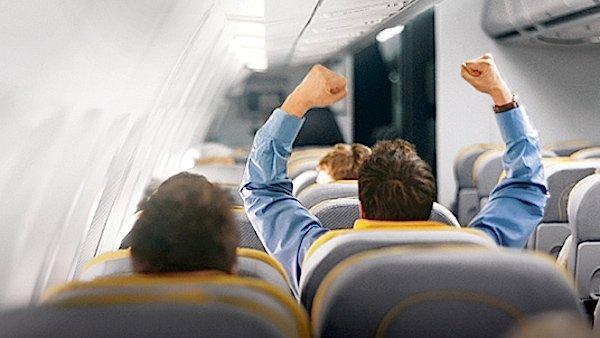 Jubel in 10.000 Meter Flughöhe: Auch die Lufthansa bietet bereits Live-Übertragungen aus dem Fernsehen an.