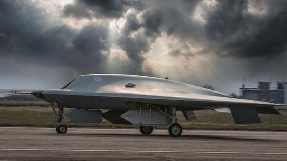 Bislang haben die Unternehmen BAE undDassault Aviation die Drohne Taranis entwickelt. Sie hatte ihren Erstflug im August 2013. Jetzt müssen sie die künstliche Intelligenz für den unbemannten Kampfjet weiterentwickeln.