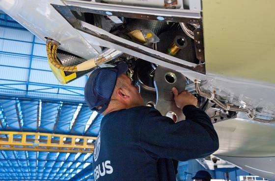 Montage an der Tragfläche eines A330 in Toulouse: 3000 Schrauben müssen in nur einer Tragfläche angezogen werden. Ein neuer, sehr flexibler Roboter soll einen Teil dieser Aufgabe übernehmen.