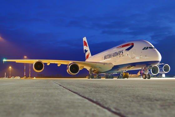 Das vierstrahlige Großraumflugzeug A380 von Airbus hat zwei durchgängige Passagierdecks. Es bietet Platz für 555 Menschen. Noch viel mehr Passagiere ließen sich in das Flugzeug stopfen, wenn tatsächlich irgendwann Sättel statt Sitze zum Einsatz kommen.