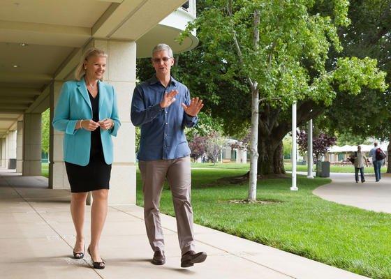 Seite an Seite wollen IBM-Chefin Ginni Rometty und Apple-Chef Tim Cook künftig das Geschäft mit Unternehmen vorantreiben.