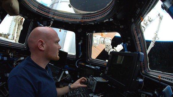 Alexander Gerst beim Training für das Manöver: Er steuert Kameras am Roboteram, sein Kollege Swanson den Arm selbst. In zwölf Metern Entfernung dockt die Versorgungskapsel schließlich an.