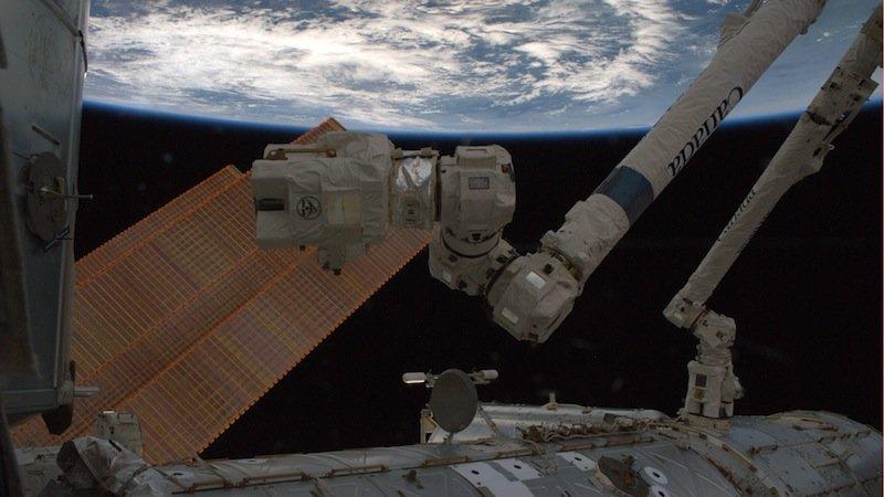 Der RoboterarmCanadarm-2 fängt die Versorgungskapsel Cygnus Orbital-2 ein. Alexander Gerst steuert die Kameras am Kopf des Arms, das gesamte Manöver dauert circa 20 Minuten.