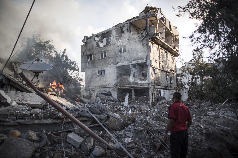 Ein Palästinenser am 16. Juli 2014 vor einem von israelischen Bomben zerstörten Haus in Gaza City.