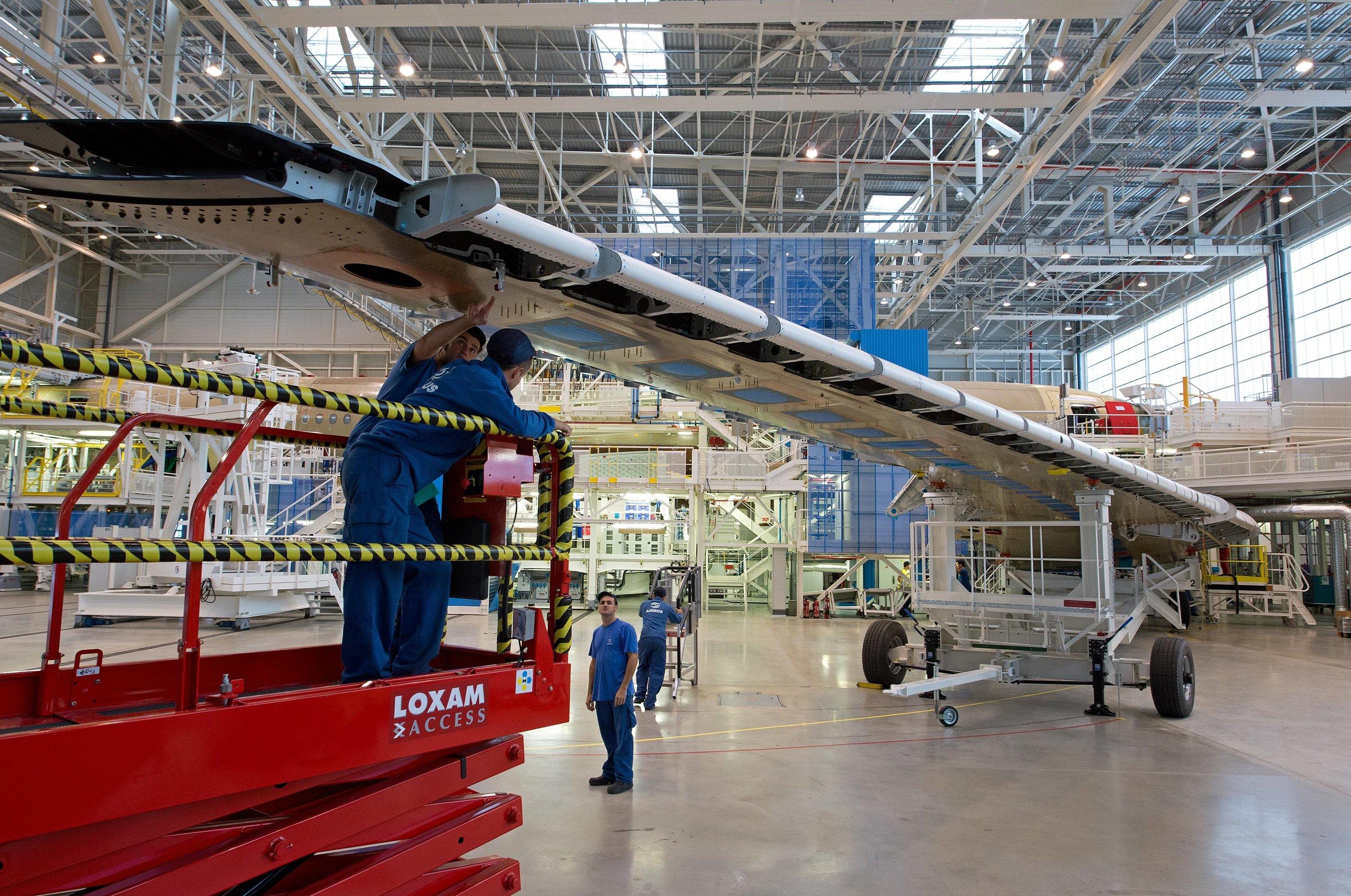 Produktion eines Flügels des Airbus A350XWB in Broughton: Chemnitzer Forscher entwickeln einen Roboter, der so gelenkig ist, dass er auch in kleinsten Hohlräumen Schrauben anbringen kann.