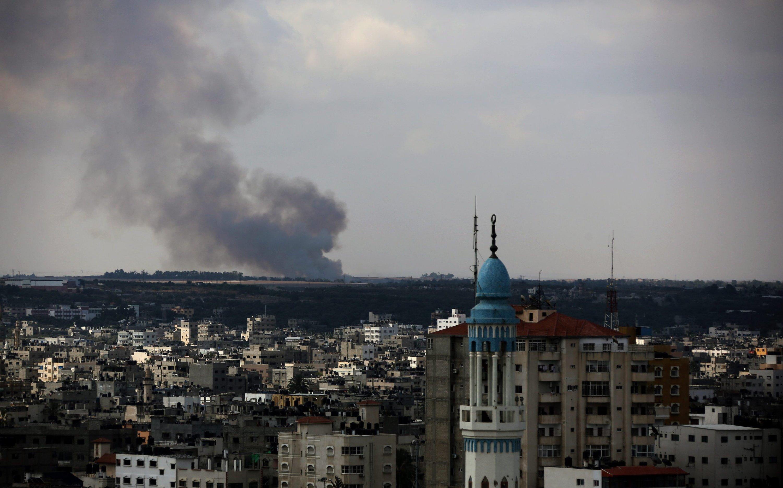 Blick auf Gaza City am 18. Juli: Israelische Flugzeuge haben strategische Ziele in der Stadt bombardiert. In Wohnsiedlungen und sogar in Krankenhäusern sollen Abschussrampen für Raketen versteckt sein. Inzwischen produziert Hamas rund 40 Prozent der auf Israel abgefeuerten Raketen selbst.