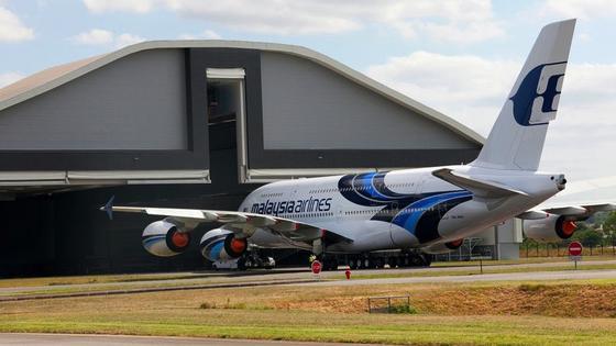 Elf Fluggesellschaften müssen ihre A380-Maschinen in die Werkstatt schicken – unter ihnen Malaysia Airlines. Da die pfeifenden Türen kein Sicherheitsrisiko darstellen, überlegen die Airlines, mit der Reparatur bis zur Pflichtwartung zu warten.