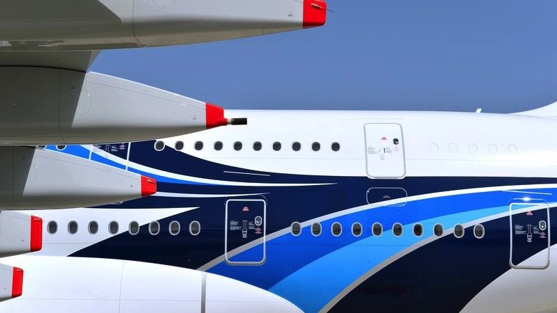 Insgesamt muss Airbus an 2160 Türen Dichtungen und Regenschutzblechen ausbessern lassen. Jede A380 hat 16 Türen, betroffen sind 135 Maschinen.