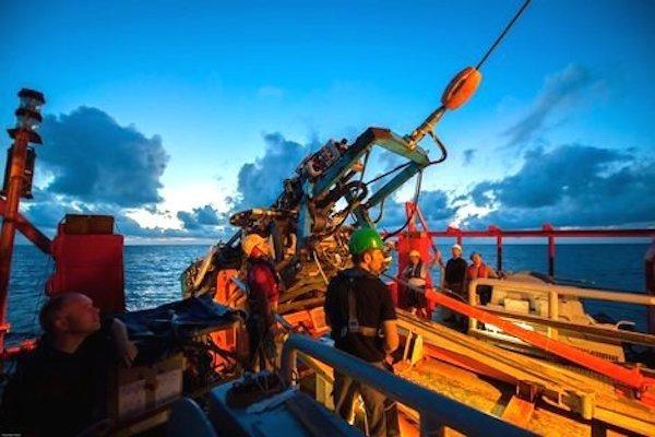Zum Bohrgerät selbst gehört auch ein Aussetzsystem (re.), das auf dem Arbeitsdeck des Forschungsschiffs installiert ist.