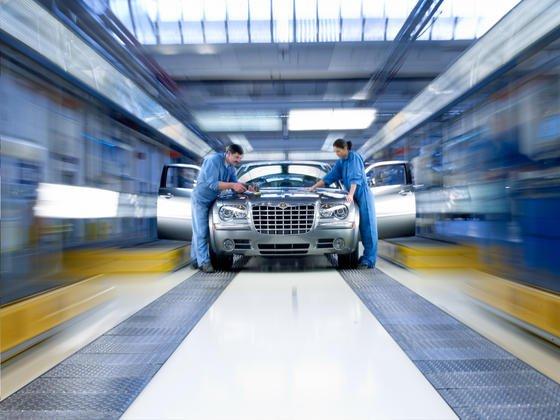 Montage des Chrysler 300C bei Magna Steyr in Österreich: VW soll Interesse an einer Übernahme des Konkurrenten Fiat-Chysler haben. Vor allem das dichte Händlernetz und die Modellpalette von Chrysler mit vielen SUV und Pick-Ups sind für Volkswagen interessant.