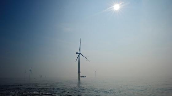 Offshore-Windanlagen sind bislang auf dem Meeresboden verankert – in zu tiefem Wasser wäre eine Installation unwirtschaftlich. Die tauchenden Plattformen sollen das ändern.