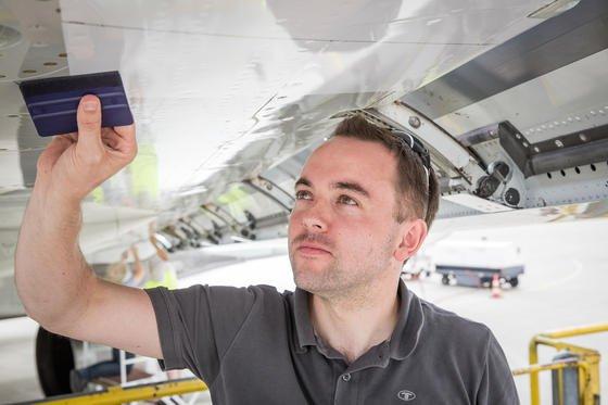 Im Laufe der Flugversuche werden Insektenverunreinigungen auf Klebefolien gesammelt, die hinter den Vorderkantenklappen auf den Tragflächen aufgeklebt sind. Nach einem Flugtag werden die Folien direkt ins Labor gebracht und dort auf Scannern digitalisiert.