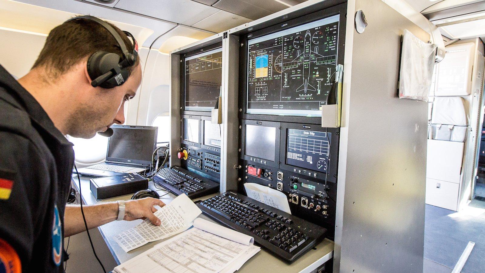 Ingenieur Adrian Müller überwacht den Versuchsflug an der Basismessanlage des ATRA.