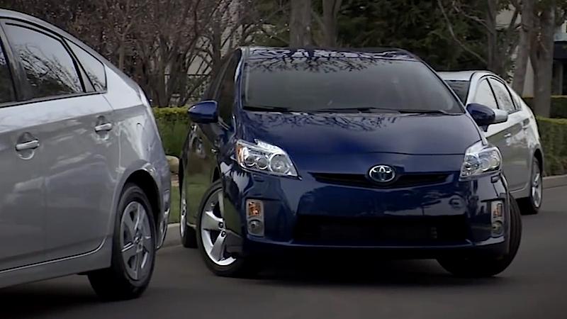 Der Prius von Toyota verfügt bereits über einen Parkassistenten. Der Fahrer drückt lediglich einen Knopf, der Wagen beobachtet dann die Umgebung mit Kameras und steuert automatisch in die Parklücke.