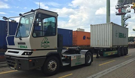 Der Elektro-Lkw mit 20-Fußcontainer im Umschlagterminal am Berliner Westhafen.