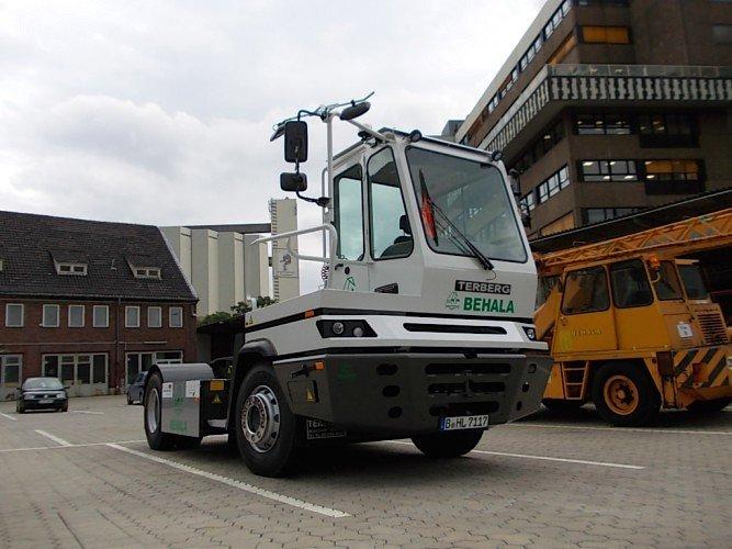 Die Elektro-Zugmaschine der Firma Terberg auf dem Gelände des Berliner Westhafens: Von dort aus werden die Container zum Empfänger transportiert.