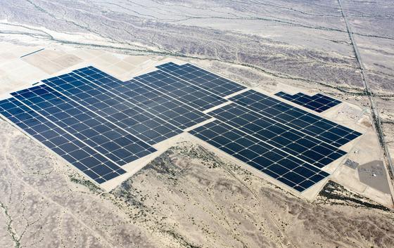 Aus der Vogelperspektive werden die gigantischen Größenverhältnisse sichtbar. Der Solarpark Agua Caliente arbeitet mit über fünf Millionen Solarmodulen auf einer Fläche von fast zehn Quadratkilometern. Rechts im Bild sind die Technikgebäude der Anlage kaum zu erkennen.