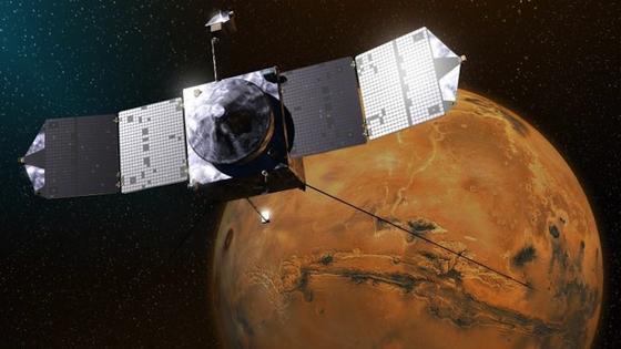 Die NASA-Raumsonde Maven ist im November 2013 zum Mars aufgebrochen. Bislang haben die Arabischen Emirate vier Milliarden Euro in die Entwicklung der Weltraumtechnik gesteckt, um nachzuziehen. Eine Sonde soll in sieben Jahren die 70 Millionen Kilometer zum Mars zurücklegen.