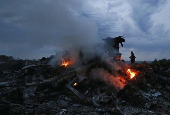 Ein Bild der Zerstörung: brennende Trümmer der abgestürzten Boeing 777. Die Maschine der Malaysia Airlines war auf dem Weg von Amsterdam nach Kuala Lumpur, als sie offenbar in 10.000 Meter Höhe über der Ost-Ukraine abgeschossen wurde.