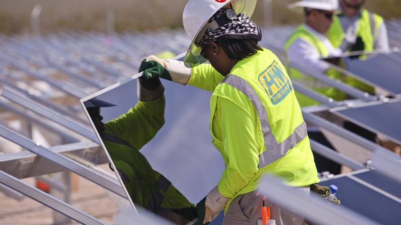 Ein Arbeiter montiert Solarmodule des Herstellers First Solar. Sie basieren nicht auf klassischem Silizium, sondern Cadmiumtellurid. Somit lassen sie sich günstiger herstellen.