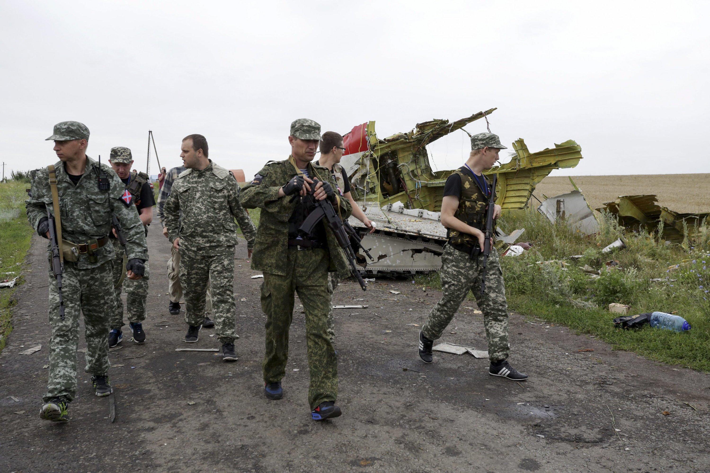 Der selbsternannte prorussische Gouverneur der Region Donezepa Paul Gubarev (3.v.l)besichtigt die Absturzstelle.