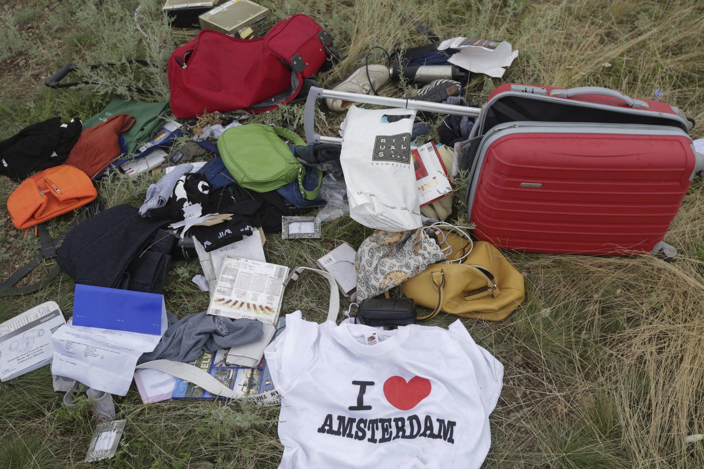 Gepäck und persönliche Sachen aus dem nahe Donetsk in der Ukraine abgestürzten Flugzeug:280 Passagiere und 15 Crew-Mitglieder befanden sich an Bord des Fliegers. Es gibt keine Überlebenden.