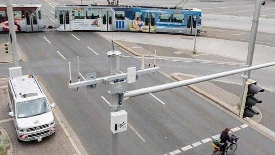 Referenzstrecken sind in Braunschweig mit Sensoren ausgestattet. Sie zeichnen den gesamten Verkehrsfluss auf. Die Forscher wollen mit den Daten unter anderem Unfallgefahren ausfindig machen.