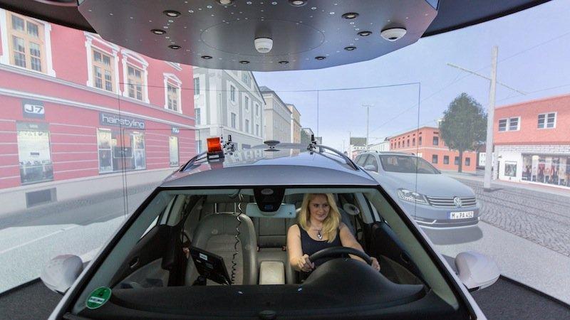 Die Forscher arbeiten auch mit mehreren Fahrsimulatoren, in denen Studienteilnehmer gleichzeitig fahren. Sie begegnen sich dann in der virtuellen Welt – das ist realistischer und aussagekräftiger als eine Software, die andere Verkehrsteilnehmer simuliert.