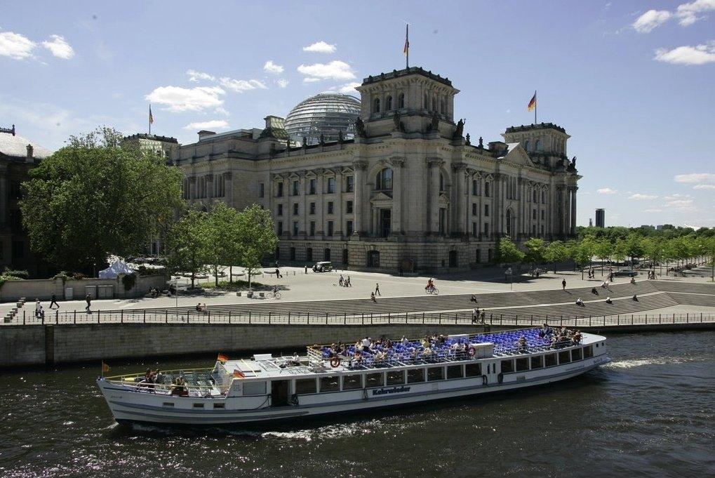 Der Reichstag in Berlin: Im ganzen Regierungsviertel sollen eigene Funkmasten für die Handys von Abgeordneten aufgebaut worden sein, um das Abhören zu erschweren.