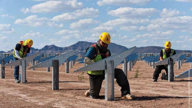 Für die Arbeiter war die Montage der über fünf Millionen Solarmodule eine schweißtreibende Angelegenheit. Denn in der Wüste Arizonas scheint an 340 Tagen im Jahr die Sonne.