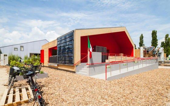 """Das Gebäudekonzept """"Rhome for DenCity"""" steht für ein flexibles Haus in Fertigbauweise mit 80 Quadratmetern Wohnfläche, das sich an unterschiedliche Anforderungen von Familien anpassen kann. Photovoltaik-Schirme in der Fassade liefern zugleich Energie und Schatten."""
