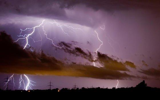 Blitze zucken am 10. Juni 2014 am Himmel über Algermissen im Landkreis Hildesheim (Niedersachsen): Im vergangenen Jahr gab es in Deutschland rund 550.000 Blitze, hat der Blitz Informationsdienst von Siemens mitgeteilt.
