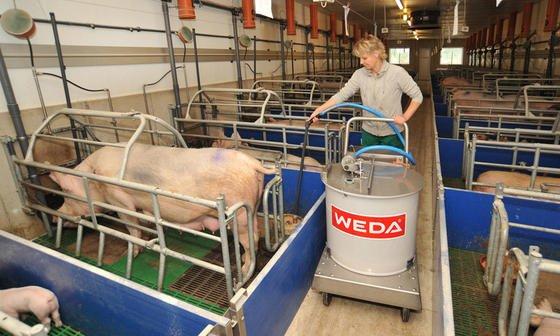 Der Stallausrüster Weda hat jetzt einen Fütterungsautomaten mit Akkutechnik auf den Markt gebracht. Das Geräte hält fünf Stunden durch, ohne an die Steckdose zu müssen.