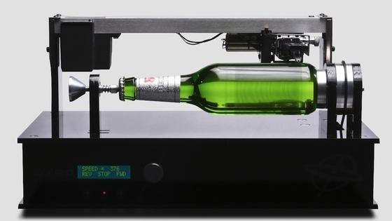 Musik auf der Flasche: Thomas Edison, dem Erfinder des Phonographen, zollte Beck´s im vergangenen Jahr anlässlichNeuseelands Musikmonat Mai besonderenTribut. Die Edison Bottle ist eine Bierflasche, die Musik ähnlich einer Schallplatte mit Rillenvertiefungen auf der Glasoberfläche speichert. In diesem Jahr hat Beck`s mit dem weltweit ersten Musikposter verblüfft.