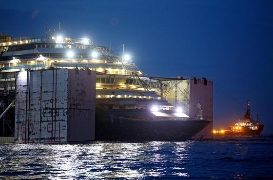 Die Costa Concordia hell erleuchtet bei Nacht: Das Schiff wird von 30 mit Luft gefüllten Tanks stabilisiert, die links und rechts am Schiff befestigt sind. Bei der 385 Kilometer weiten Fahrt nach Genua braucht das Schiff trotzdem ruhige See.
