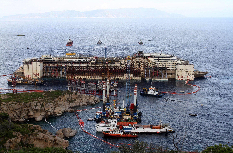 Blick auf die Costa Concordia vor der Insel Giglio: Wegen schlechten Wetters wird das Kreuzfahrtschiff erst am Mittwoch seine letzte Reise nach Genua antreten, wo das Schiff verschrottet wird.