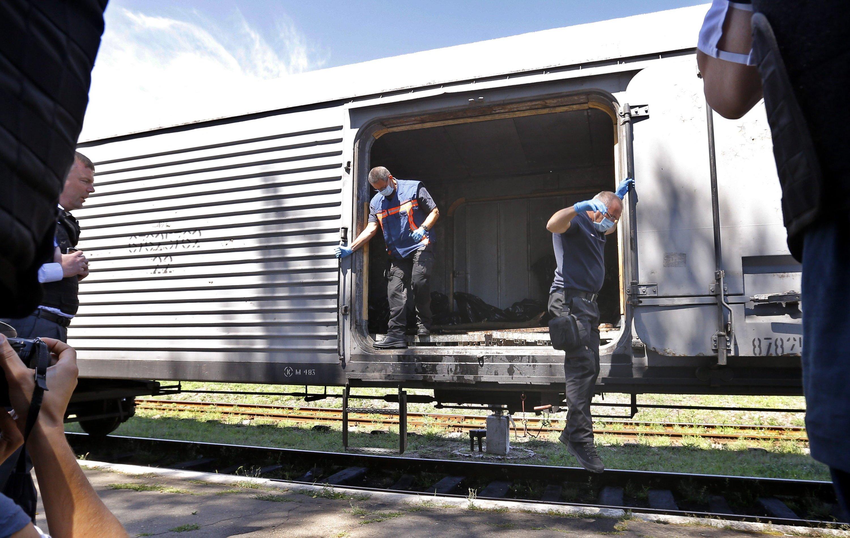 Forensik-Experten aus den Niederlanden kommen aus dem Kühlzug, der die Leichen nach Charkow bringen soll. Dort haben niederländische Spezialisten ein Zentrum zur Identifizierung der Opfer eingerichtet.