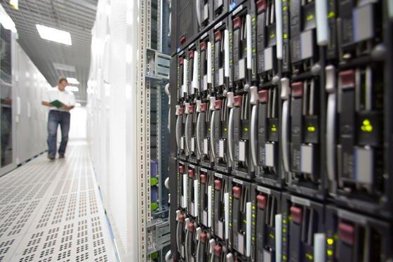 Im Inneren eines Rechenzentrums des deutschen Software-Giganten SAP. Rechenzentren dieser Dimension dürften von den neuen Magnetbändern am meisten profitieren. Nicht zuletzt verlangen auch expandierende Cloud-Dienste Datenträger mit immer höherer Speicherkapazität.