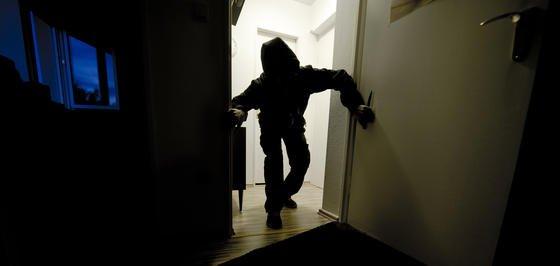 Steuerungsdaten hacken: IT-geschulte Gangster können das intelligente, venetzte Haus für sich nutzen, um das perfekte Timing für einen Einbruch bequem herauszufinden.