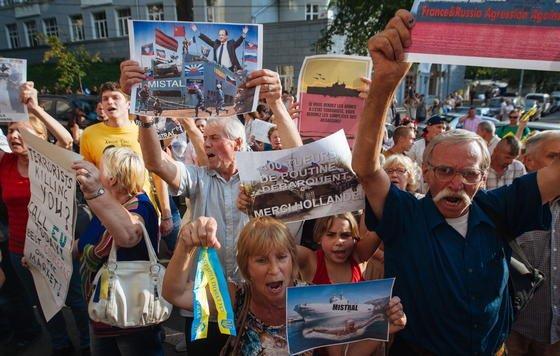 In Kiev gab es Proteste gegen die geplante Auslieferung eines Kriegsschiffes an Russland. Frankreich hat bereits 2011 von Russland den Auftrag erhalten, vier der Mistral-Hubschrauberträger zu bauen. Das erste ist nun fast fertig.