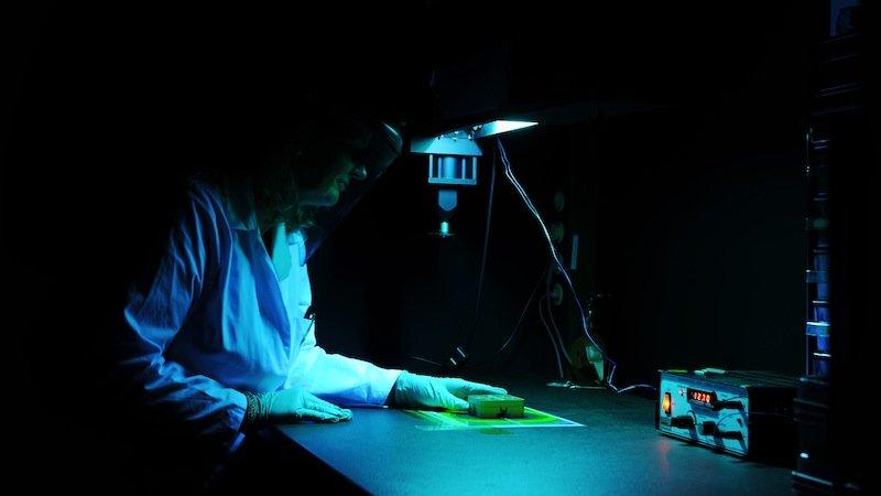 DLR-Wissenschaftler setzten die Proben schon auf der Erde unterschiedlicher Strahlung aus und testeten sie im Vakuum.