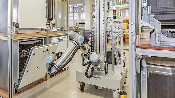 Rund um die Uhr bedient der Fraunhofer-Roboter die Spülmaschine: Er öffnet die Tür, legt Schmutz und Spülmittel nach und startet das Programm.